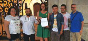Foto realizada alfinalizar el pleno del ayuntamiento de Girona con la alcaldesa Marta Madrenas, y Alberto Marin y los miembros de la ASCHPG